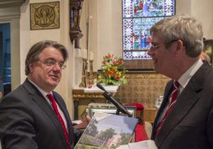 Commissaris van de Donk ontvangt het boek. (De Stadsfotograaf)